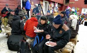 Musikk og lokal matservering kan oppleves i mange av bakgårdene, her fra Apotekergården nederst i Mørkstugata.