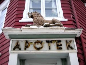 Den gamle apotekergården med løve over inngangsdøren er nå fredet.