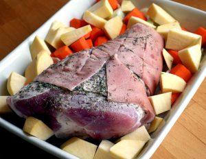 Rut svoren og gni inn knoken med krydder før den går i ovnen sammen med grønnsakene.