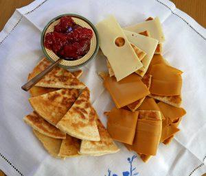 Pjalt kan serveres påsmurt med ost eller med syltetøy.