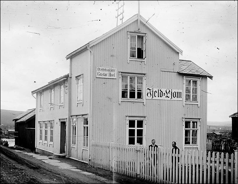 Avishuset Fjeld-Ljom i 1917. Her ble avisen laget helt frem til midten av 1970-tallet. Nå er huset pressemuseum. Foto: Iv. Olsen, Rørosmuseets arkiv.