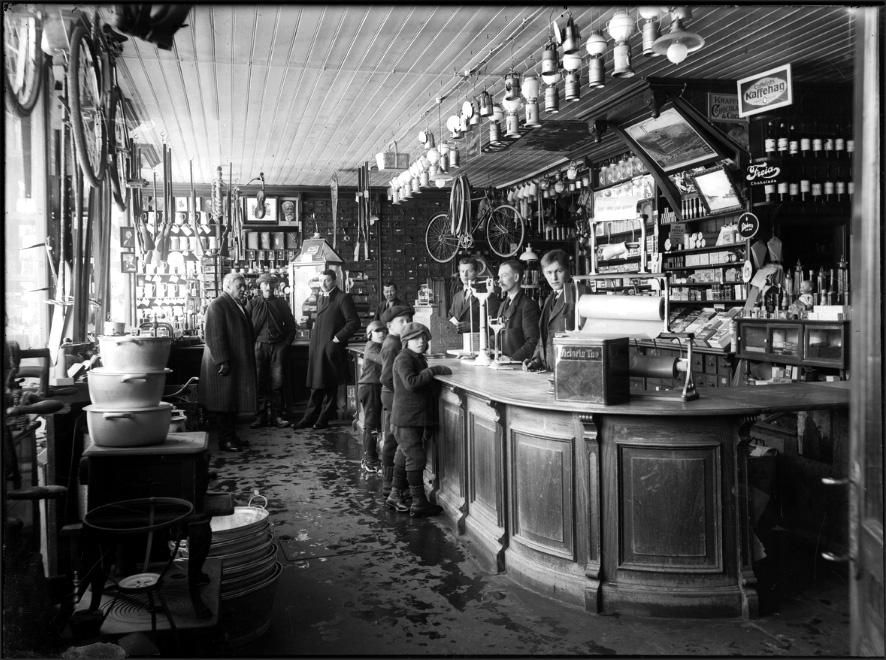 Interiør fra butikklokale hos firmaet Engzelius i Leighbua, Røros. Foto: Iv. Olsen, Rørosmuseets arkiv.